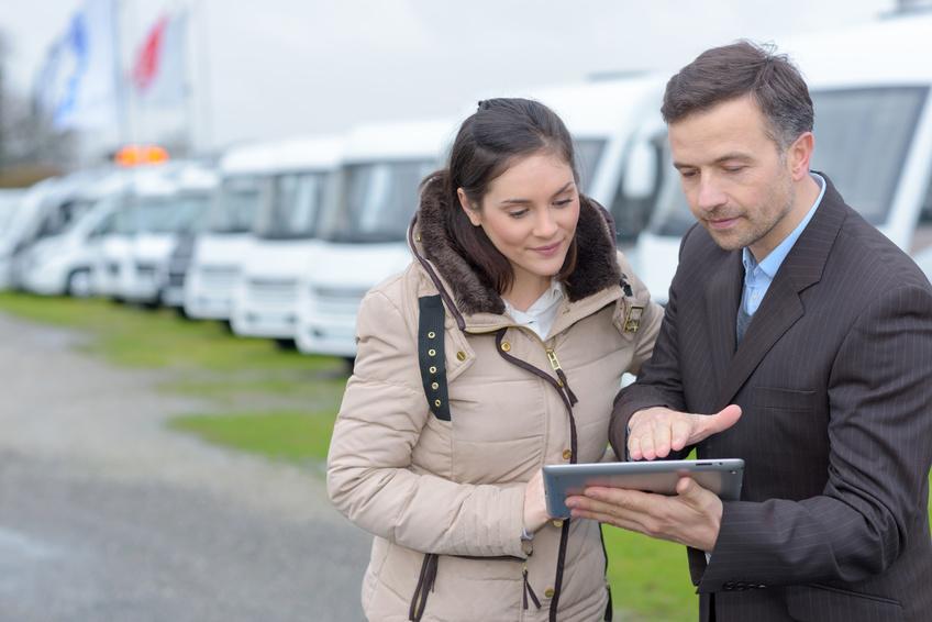 man selling camping car to woman - P-concept Reisemobile